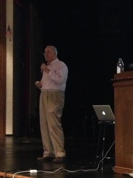 Steen Metz talks to sophomores about his experiences during the Holocaust.